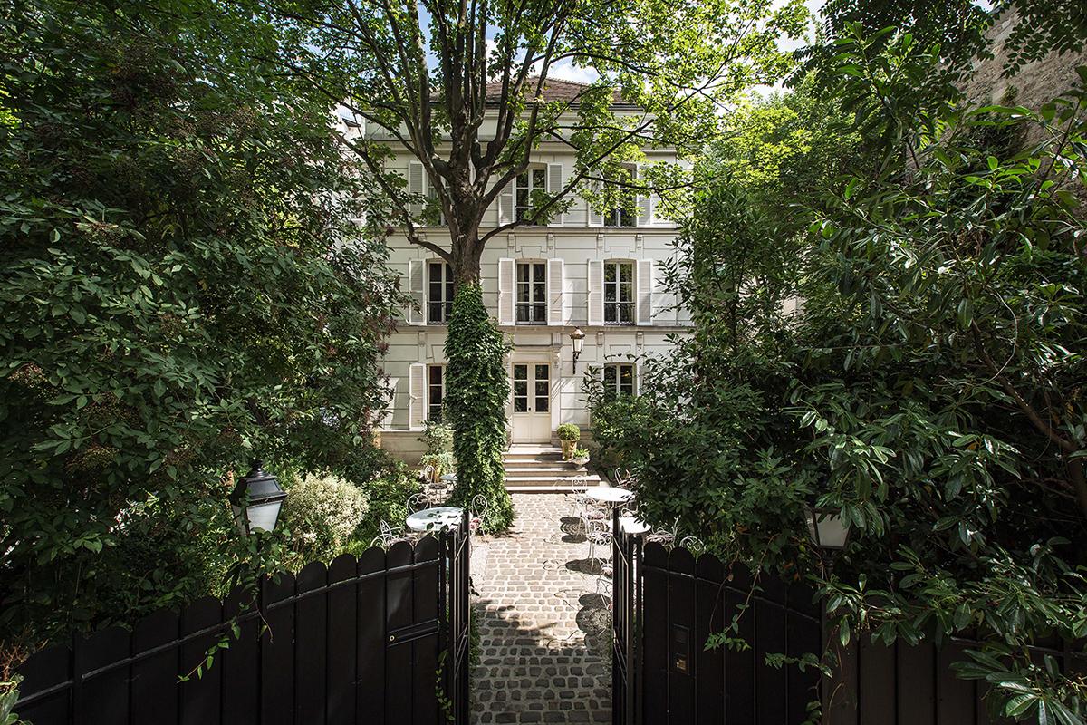 crushfanzine-cf-travel-hotel-facade-jardins-apres-midi-hotel-particulier-montmartre-credit-photo-jefferson-lellouche